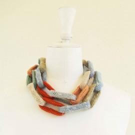 Collier chaîne, anneaux crochetés, naturel, bleu ciel, pêche et orange