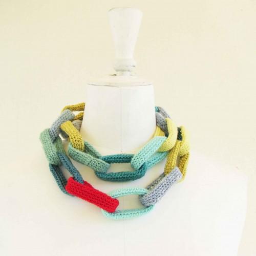 Sautoir chaîne, anneaux crocheté, aquamarine, bleu ciel, anis et rouge