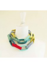 Collier chaîne, anneaux crocheté, aquamarine, bleu ciel, anis et rouge