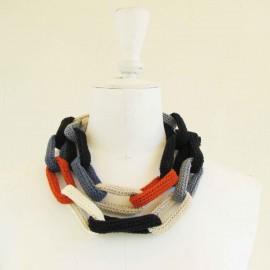 Collier chaîne, anneaux crochetés, naturel, noir, bleus et orange