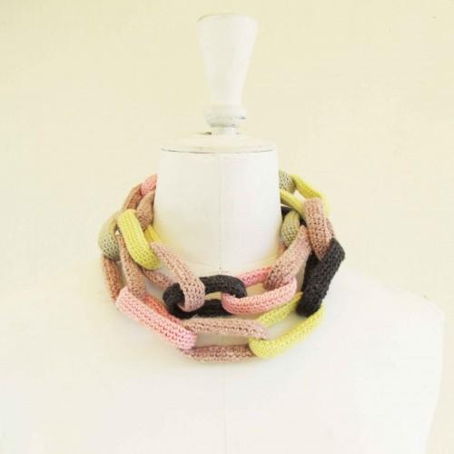 Sautoir chaîne, anneaux crochetés, jaunes, roses et gris
