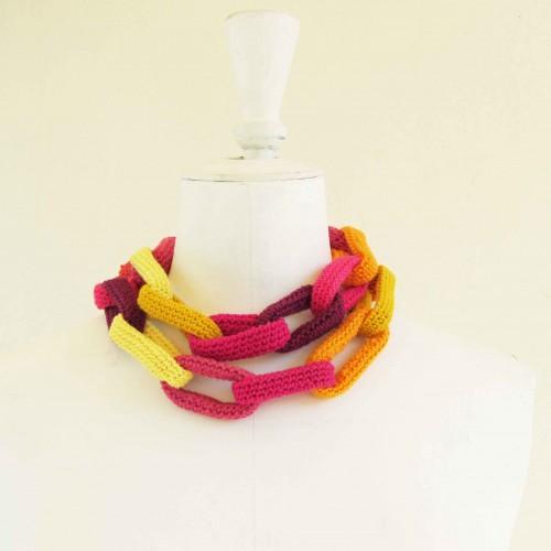 Sautoir chaîne, anneaux crochetés, jaunes, roses, aubergine et orange