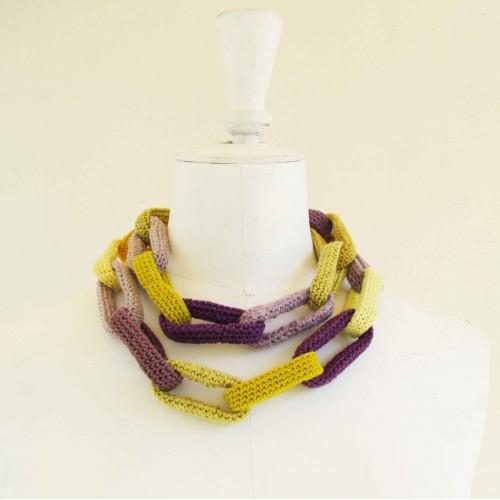 Sautoir chaîne, anneaux crochetés, jaunes et violets en dégradé