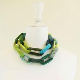 Collier chaîne, anneaux crochetés verts et turquoise