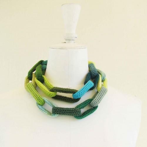Sautoir chaîne, anneaux crochetés verts et turquoise