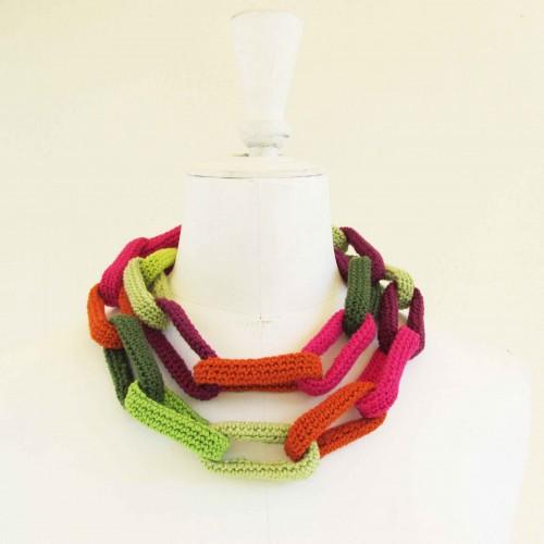 Sautoir chaîne, anneaux crochetés verts, rose, aubergine et orange