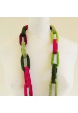 Collier chaîne, anneaux crochetés verts, rose, aubergine et orange