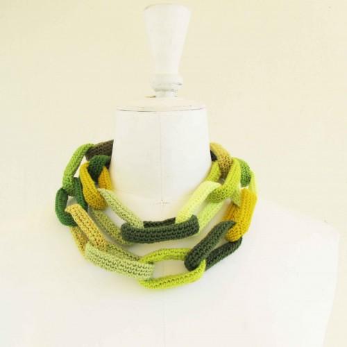 Sautoir chaîne, anneaux crochetés, jaunes et verts