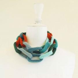 Collier chaîne, anneaux crochetés, aquamarine, vert, turquoise et orange