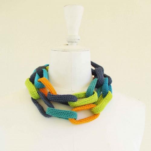 Sautoir chaîne, anneaux crochetés, bleus, turquoise, anis et orange