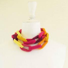 Collier chaîne anneaux crochetés, jaunes, roses, aubergine et orange